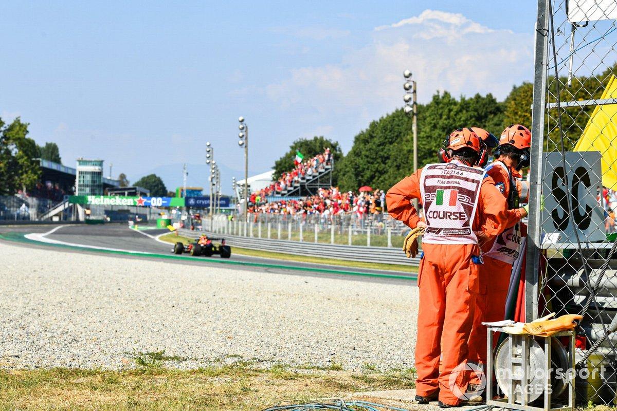 Sergio Pérez, Red Bull Racing RB16B, pasa por un puesto de oficiales de pista
