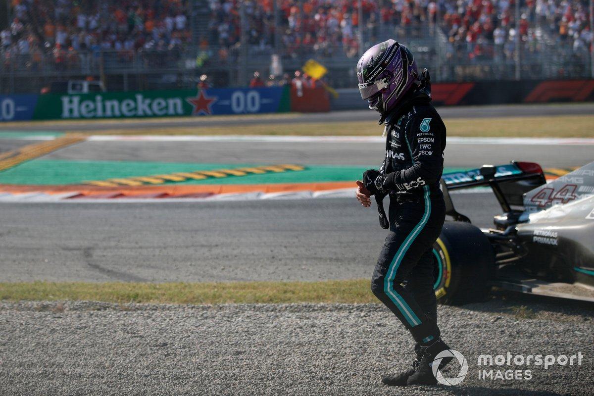 Lewis Hamilton, Mercedes, esce dalla sua auto dopo l'incidente con Max Verstappen, Red Bull Racing