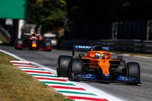 Daniel Ricciardo, McLaren MCL35M, Max Verstappen, Red Bull Racing RB16B