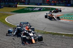 Lando Norris, McLaren MCL35M, Sergio Perez, Red Bull Racing RB16B, als ze de beschadigde auto's van Max Verstappen, Red Bull Racing RB16B, en Lewis Hamilton, Mercedes W12, passeren.