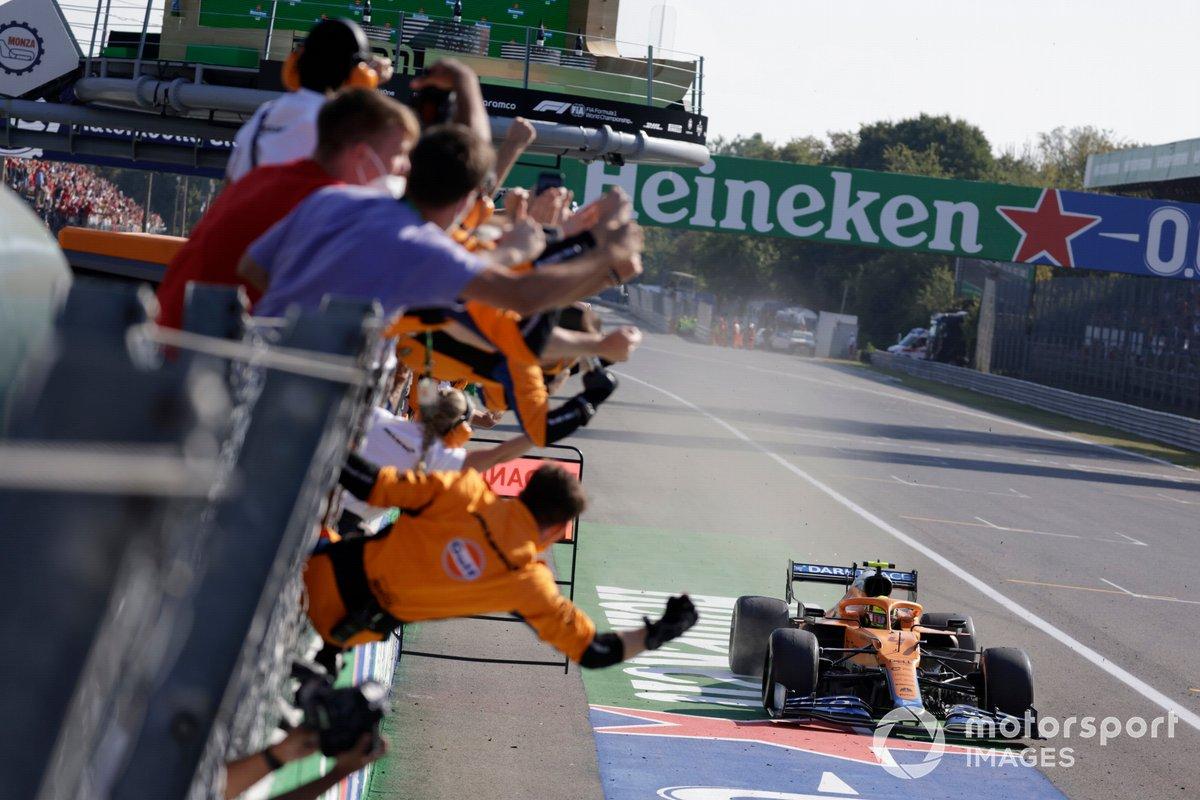 Il team McLaren esulta dal muretto dei box mentre Lando Norris, McLaren MCL35M, 2a posizione, taglia il traguardo