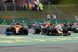 Lando Norris, McLaren MCL35M, Max Verstappen, Red Bull Racing RB16B, e Valtteri Bottas, Mercedes W12, si scontrano alla partenza
