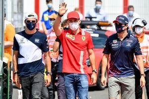 Pierre Gasly, AlphaTauri, Charles Leclerc, Ferrari en Sergio Perez, Red Bull Racing tijdens de rijdersparade