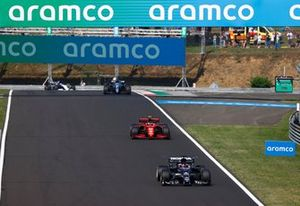 Yuki Tsunoda, AlphaTauri AT02, Carlos Sainz Jr., Ferrari SF21, and Fernando Alonso, Alpine A521
