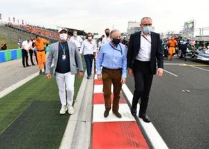 Jean Todt, voorzitter van de FIA, en Stefano Domenicali, CEO van de Formule 1, op de startgrid