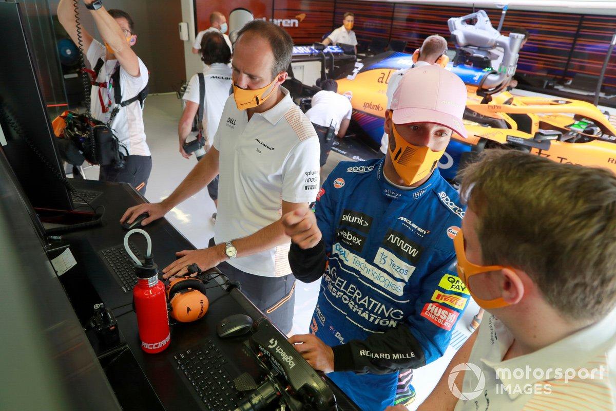 Daniel Ricciardo, McLaren, en el garaje con los ingenieros