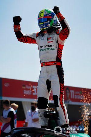 Lucas Di Grassi, Audi Sport ABT Schaeffler, primo classificato, festeggia l'arrivo a Parc Ferme