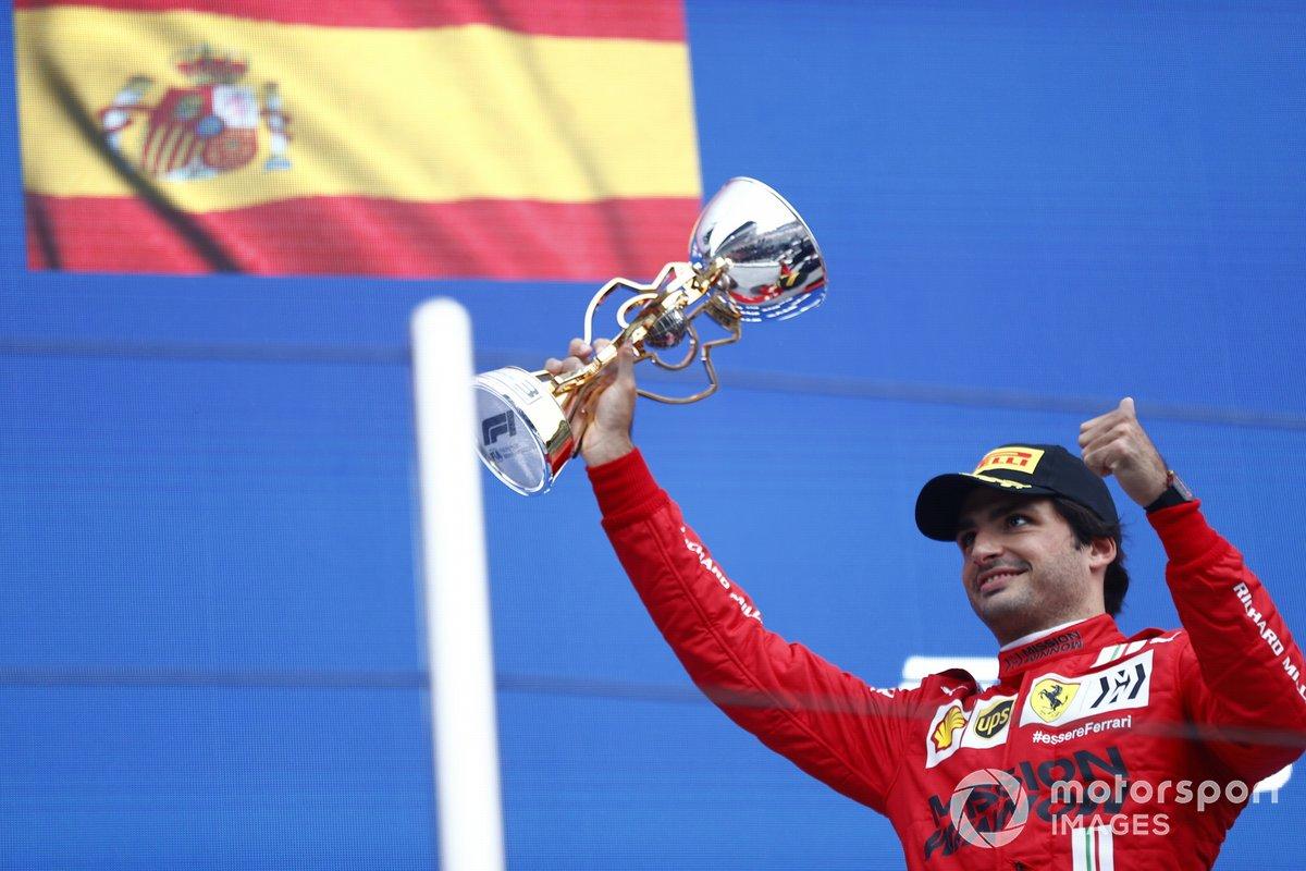 Carlos Sainz Jr., Ferrari, terzo classificato, solleva il suo trofeo