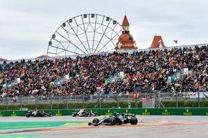 Sebastian Vettel, Aston Martin AMR21, Pierre Gasly, AlphaTauri AT02, y Valtteri Bottas, Mercedes W12.