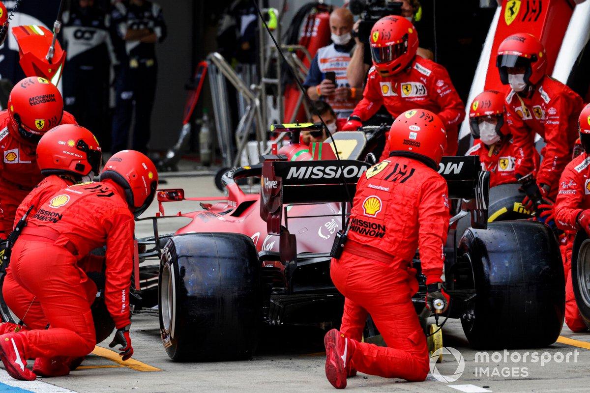 Carlos Sainz Jr., Ferrari SF21, pit stop