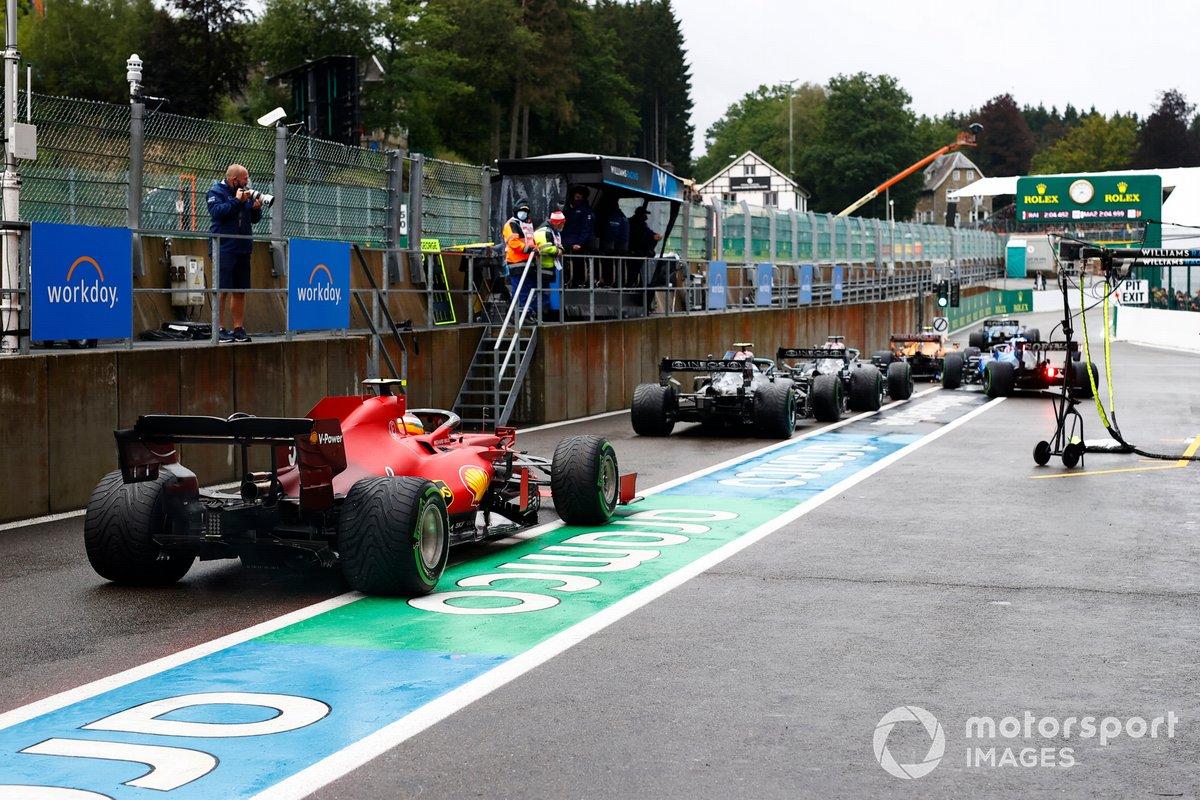 Lewis Hamilton, Mercedes W12, Valtteri Bottas, Mercedes W12, e Carlos Sainz Jr., Ferrari SF21, in pitlane