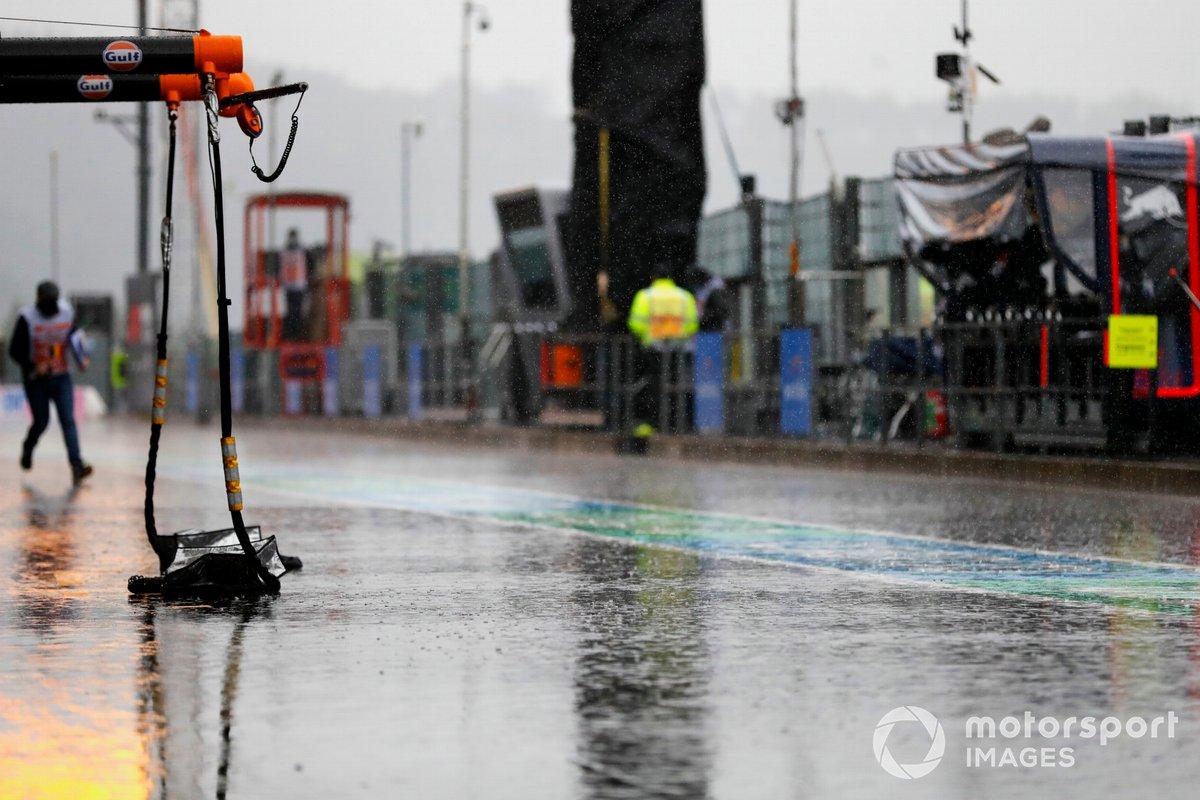 La pioggia in pit lane