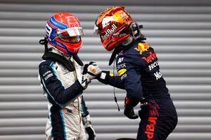 George Russell, Williams, e il pole man Max Verstappen, Red Bull Racing, festeggiano nel Parc Ferme