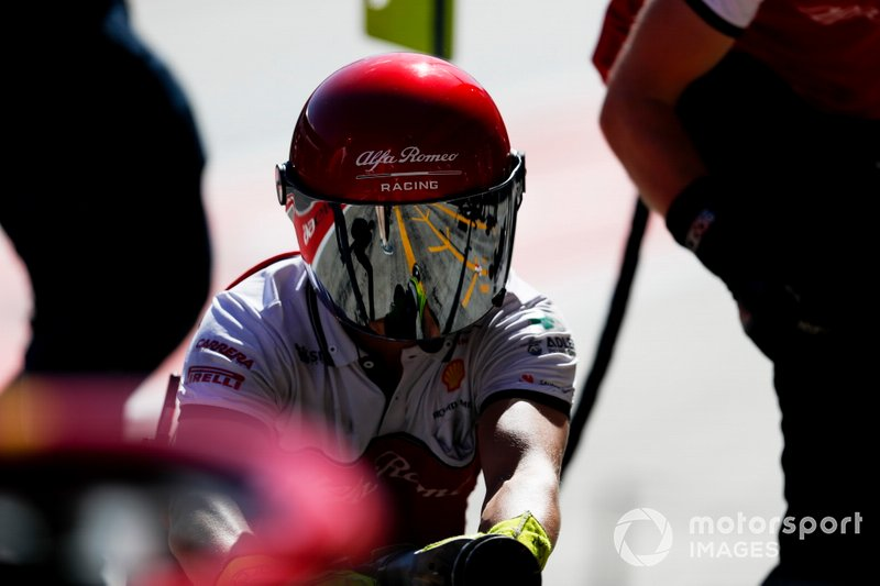 El equipo de boxes de Alfa Romeo Racing trabajando