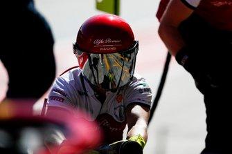 Un membro della pit crew Alfa Romeo Racing, al lavoro