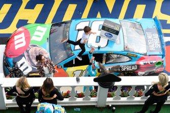 Ganador Kyle Busch, Joe Gibbs Racing, Toyota Camry M&M's Hazelnut, celebra