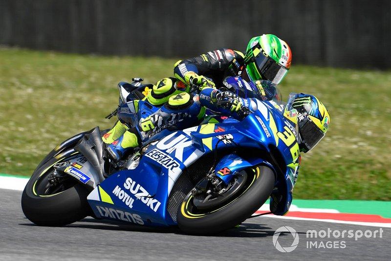 Toque entre Valentino Rossi, Yamaha Factory Racing, y Joan Mir, Team Suzuki MotoGP