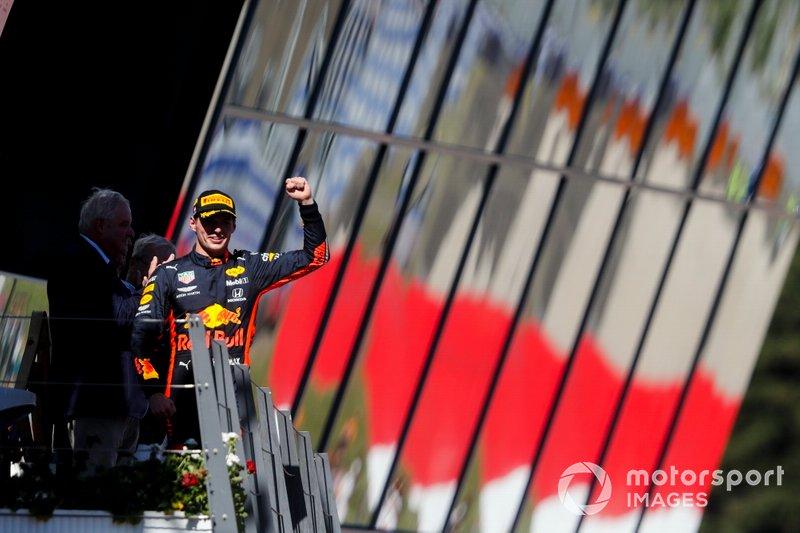 Le vainqueur Max Verstappen, Red Bull Racing, célébrant sa victoire sur le podium
