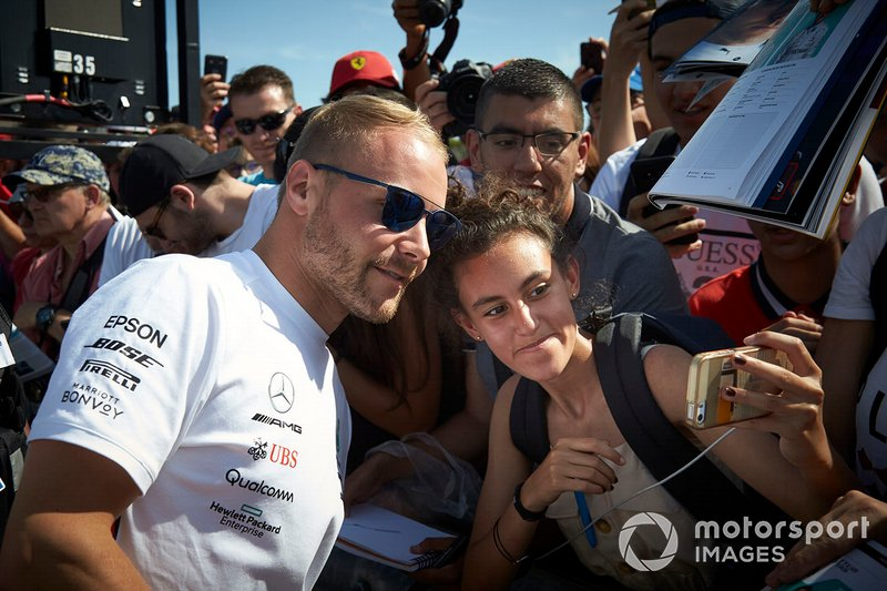 Valtteri Bottas, Mercedes AMG F1, se reúne con los fans para tomar fotos y firmar autógrafos