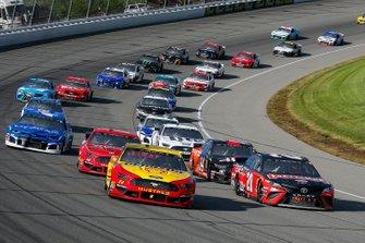 Joey Logano, Team Penske, Ford Mustang Shell Pennzoil and Erik Jones, Joe Gibbs Racing, Toyota Camry Craftsman / Sport Clips restart