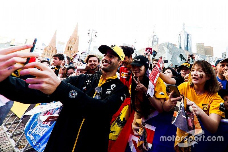 Daniel Ricciardo, Renault, prend un selfie avec un fan