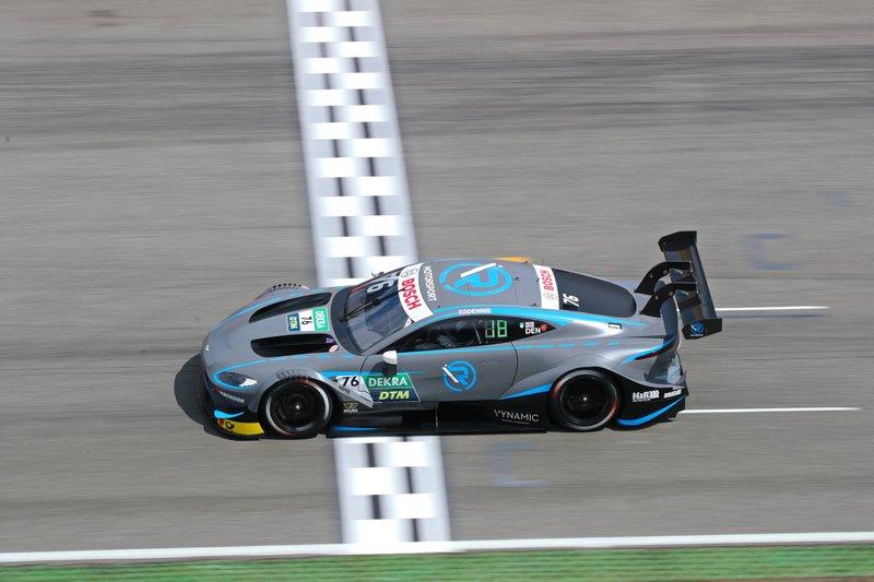 Das Design von Jake Dennis' Auto ist gleich wie das seines Teamkollegen, nur mit R-Motorsport-Logos. Dazu kommen die weißen Rückspiegel.