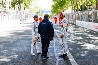 Sam Bird, Envision Virgin Racing, Lucas Di Grassi, Audi Sport ABT Schaeffler, in conversation with a FIA delegate