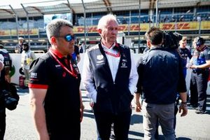 Masashi Yamamoto, Director General de Honda Motorsport, y Helmut Markko, Consultor de Red Bull Racing, en la parrilla