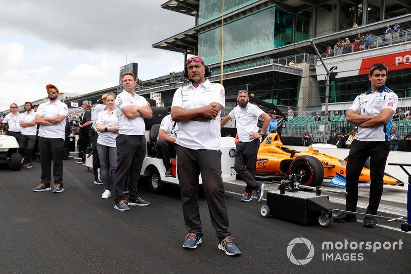 Fernando Alonso, McLaren Racing Chevrolet membro del team guarda in alto mentre Kyle Kaiser urta Fernando Alonso, McLaren Racing Chevrolet