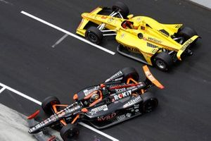 James Davison, Dale Coyne Racing Honda, Helio Castroneves, Team Penske Chevrolet crash in pit lane