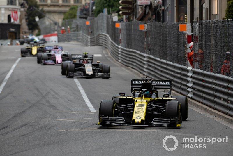 Daniel Ricciardo, Renault R.S.19, precede Kevin Magnussen, Haas F1 Team VF-19
