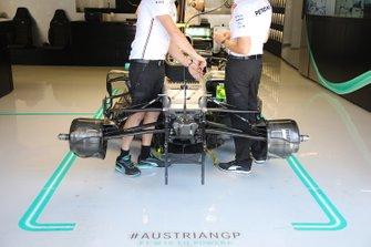 Mercedes AMG F1 W10, voorzijde