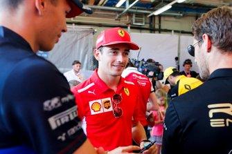 Charles Leclerc, Ferrari, parla con Romain Grosjean, Haas F1