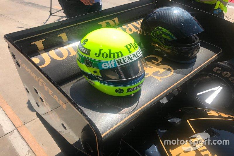 Caschi sull'alettone posteriore della Lotus 97T di Ayrton Senna