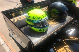 Casco sobre el alerón trasero del Lotus 97T de Ayrton Senna