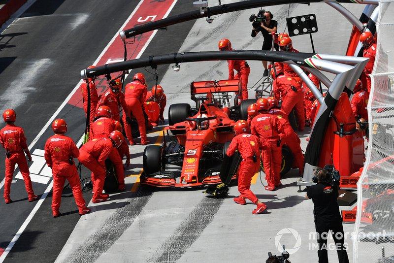Sebastian Vettel, Ferrari SF90, en el pit stop