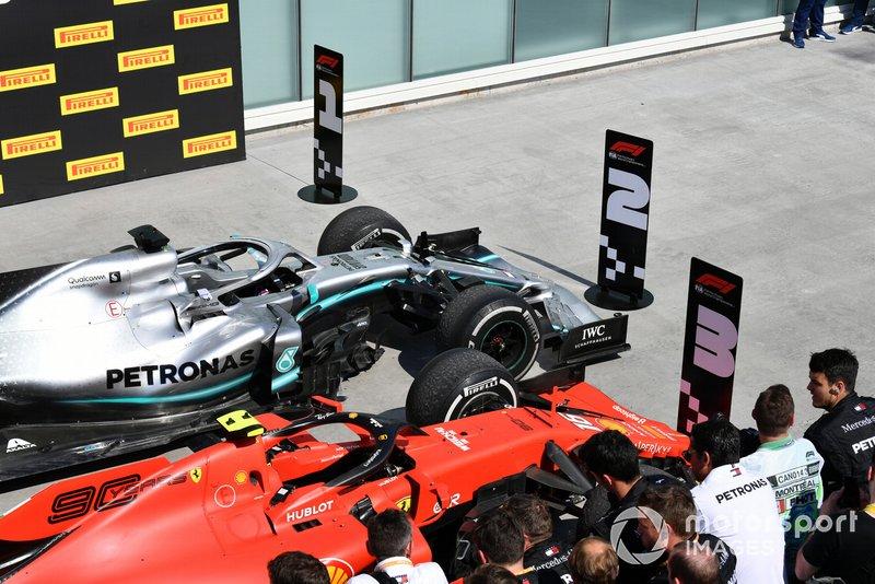 Le auto di Lewis Hamilton, Mercedes AMG F1 W10, prima posizione, e Charles Leclerc, Ferrari SF90, terza posizione, al Parc Ferme, dopo lo spostamento degli indicatori di posizione scambiati da Sebastian Vettel, Ferrari, seconda posizione