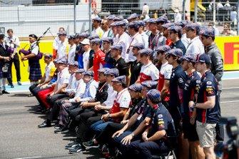 Les pilotes et patrons d'écurie se réunissent pour saluer Sir Jackie Stewart