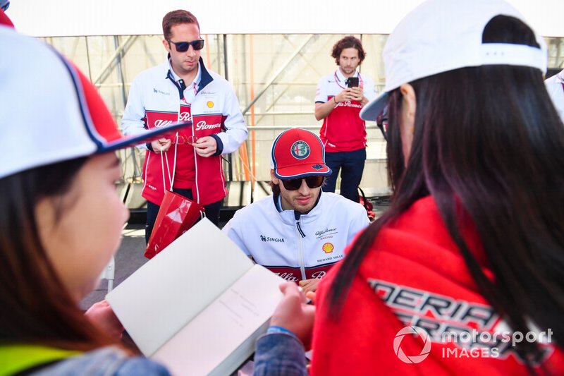 Antonio Giovinazzi, Alfa Romeo Racing signs autographs for fans
