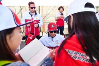Antonio Giovinazzi, Alfa Romeo Racing signs autographs for fans