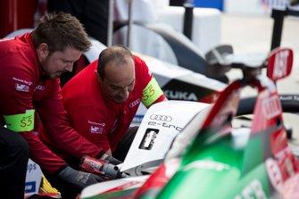 L'équipe travaille sur la monoplace de Daniel Abt's, Audi Sport ABT Schaeffler, Audi e-tron FE05