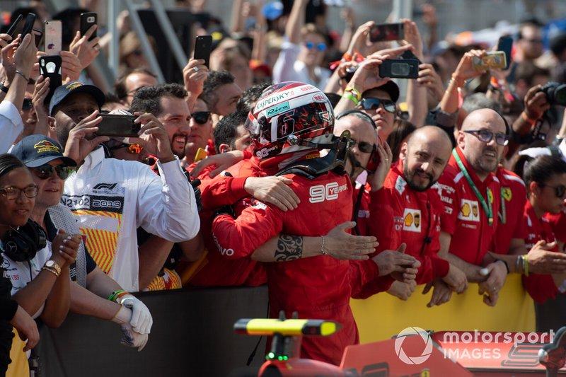 Tercer lugar Charles Leclerc, Ferrari, celebra en Parc Ferme con el equipo