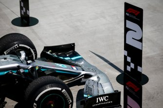 Number 2 in front of the car of Lewis Hamilton, Mercedes AMG F1 after Sebastian Vettel, Ferrari moves the signs