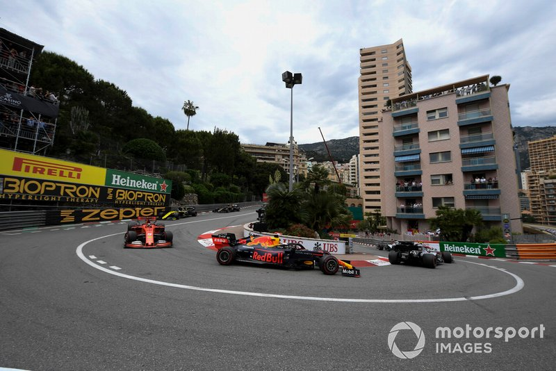 Valtteri Bottas, Mercedes AMG W10, ve Max Verstappen, Red Bull Racing RB15, ve Sebastian Vettel, Ferrari SF90