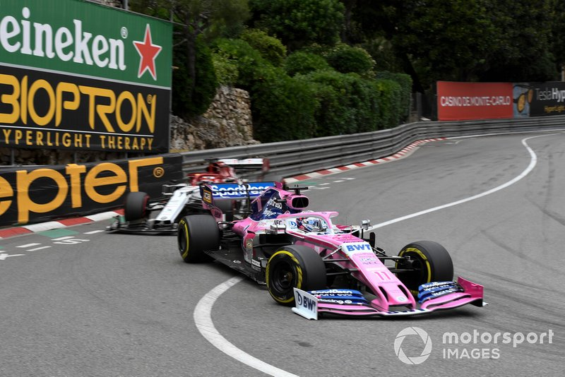 Sergio Perez, Racing Point RP19, ve Kimi Raikkonen, Alfa Romeo Racing C38