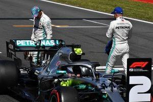 Lewis Hamilton, Mercedes AMG F1, et le poleman Valtteri Bottas, Mercedes AMG F1, sur la grille