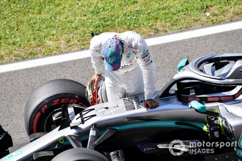 Lewis Hamilton, Mercedes AMG F1, ispeziona la sua monoposto dopo le Qualifiche