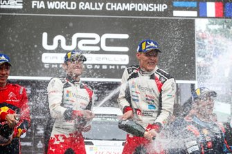Podium : les vainqueurs Ott Tänak, Martin Järveoja, Toyota Gazoo Racing WRT