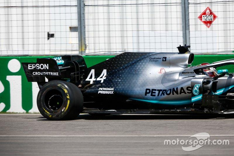 La ruota posteriore danneggiata di Lewis Hamilton, Mercedes AMG F1 W10, dopo aver colpito il muro