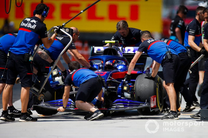 Alexander Albon, Toro Rosso STR14, in the pits during practice